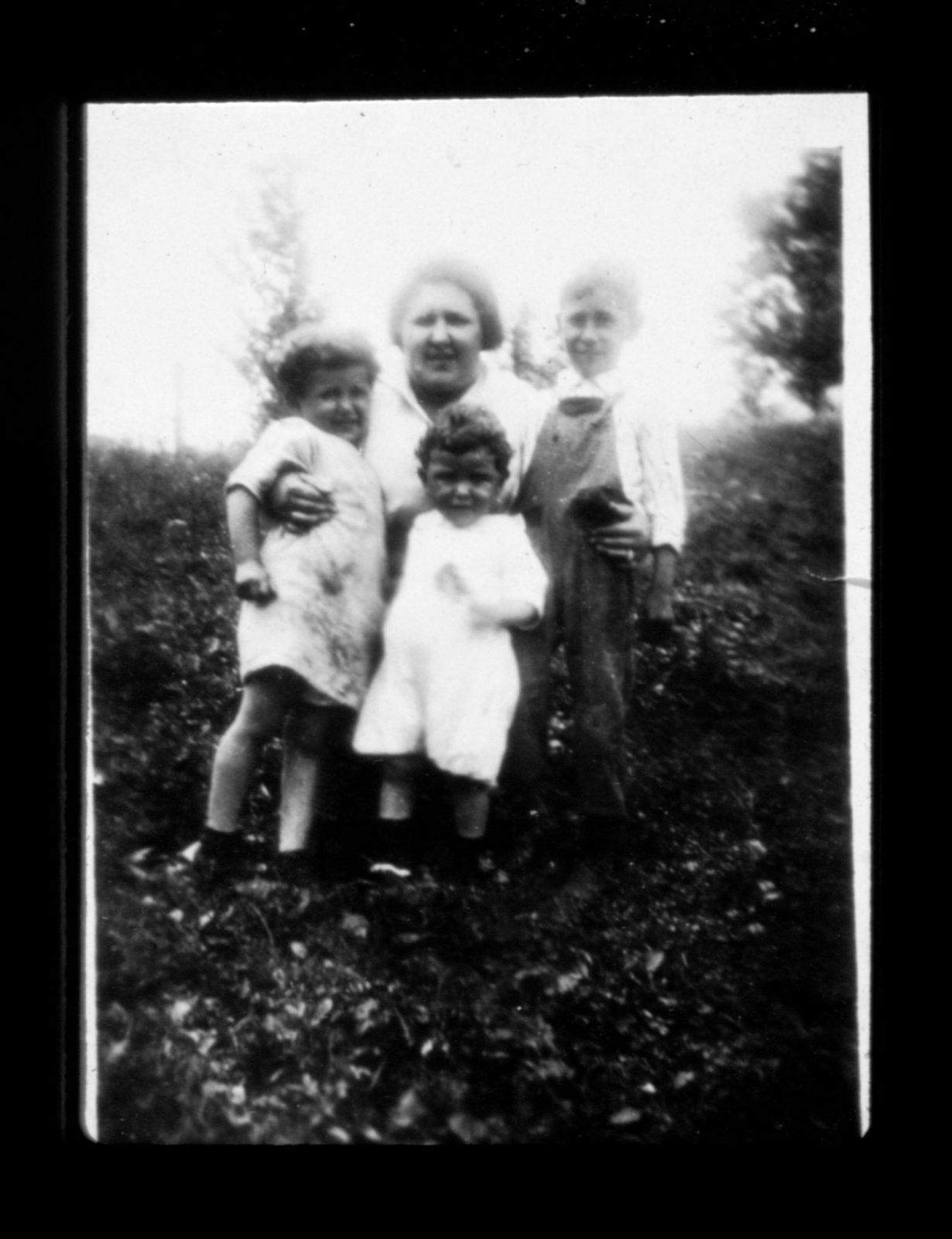 Photo of Bessie Rogarshevsky and her three children circa 1920s.